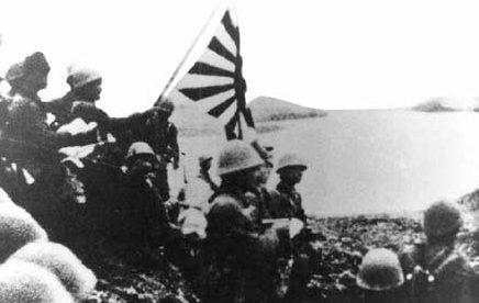 Японские войска поднимают имперский флаг на Кыске 7 июня 1942 г.