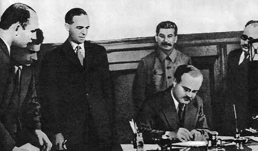 Молотов В. М. и С. Криппс подписывают «Соглашение между правительствами СССР и Великобритании о совместных действиях в войне против Германии».