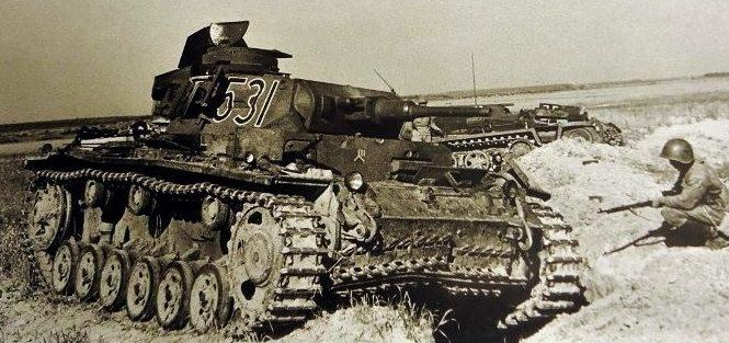 Подбитый немецкий танк Т-III на Буйнчиском поле. Июль 1941 г.