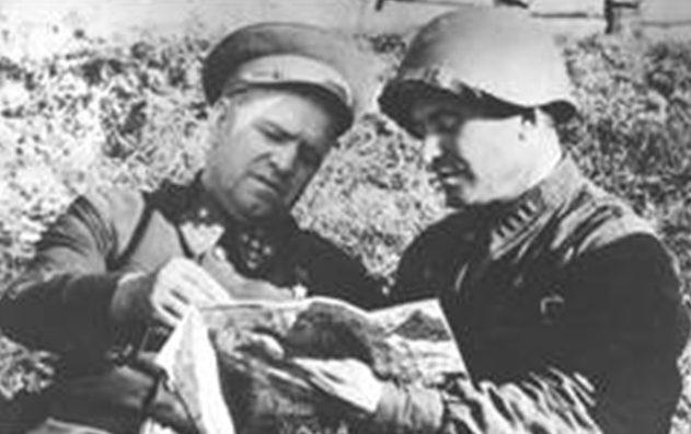 Командир 107-й стрелковой дивизии полковник П.В. Миронов и командующий Резервным фронтом генерал армии Г.К. Жуков под Ельней. Сентябрь 1941 г.