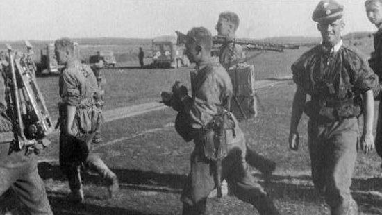 Пулеметный расчет СС на аэродроме в Ельне. Июль 1941 г.