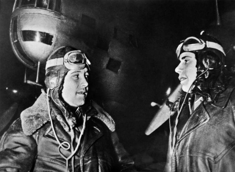 Полковник Е. Н. Преображенский и флагманский штурман капитан П. И. Хохлов, бомбившие Берлин.