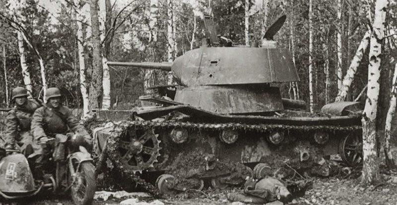 Немцы у подбитого советского танка на окраине города. 12 октября 1941 г.