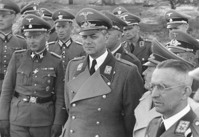 Рейхсминистр оккупированных восточных территорий Альфред Розенберг (в центре), рейхскомиссар Украины Эрих Кох и заместитель Розенберга гауляйтер Альфред Мейер (крайний справа). Киев, июнь 1942 г.
