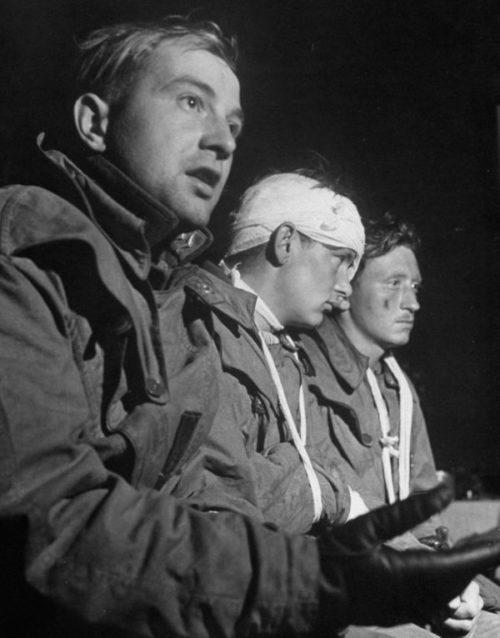 Пленные немецкие летчики на допросе у американских корреспондентов под Вязьмой. Сентябрь 1941 г.