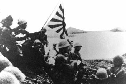 Японские солдаты поднимают имперский флаг на Кыске. 7 июня 1942 г.