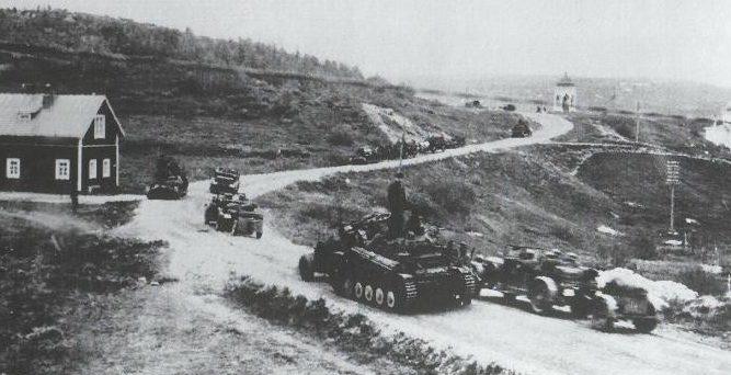 Немецкая танковая колонная у Куусамо.