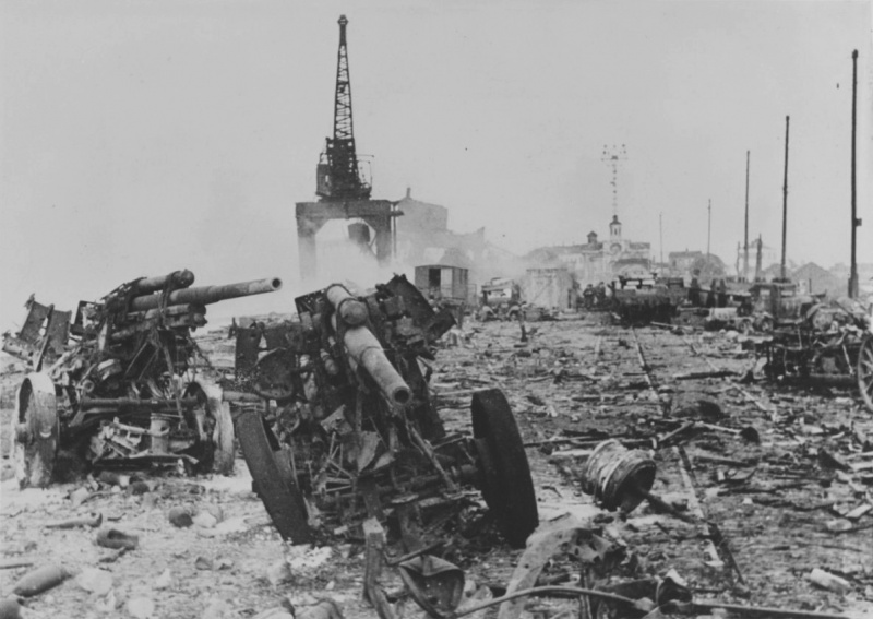 Морской порт после бегства Красной Армии.