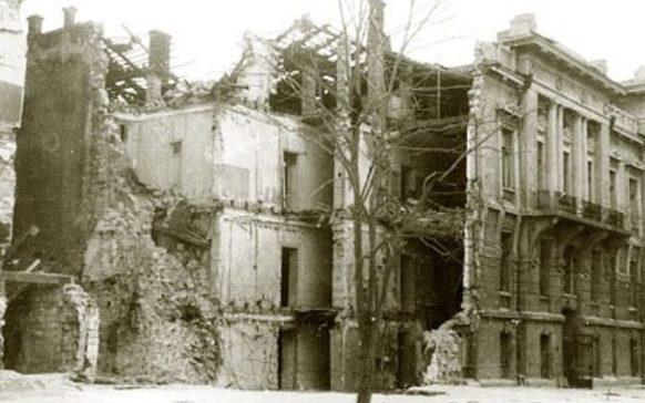 Здание румынской комендатуры после взрыва.