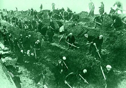 Горожане роют противотанковый ров. Сентябрь 1941 г.