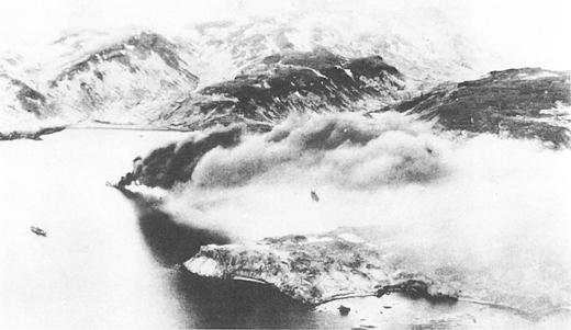 Горит японский танкер «Nissan Maru» в порту Кыска, после авианалета. 19 июня 1942 г.