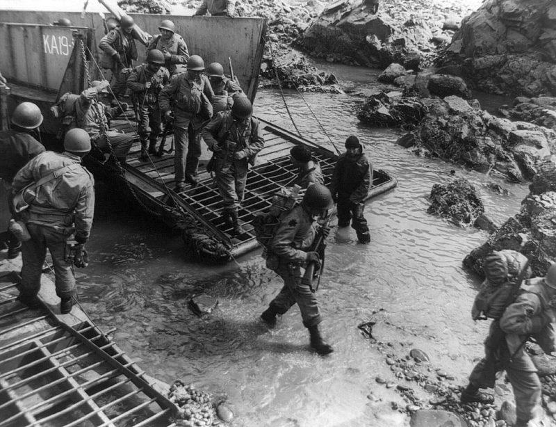 Американская армия десантируется на остров Кыска.