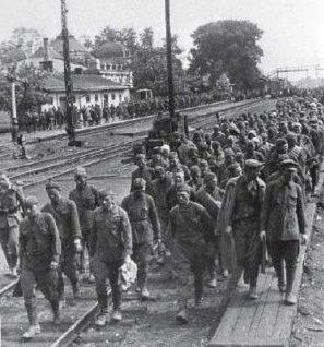Советские военнопленные у железнодорожного вокзала.