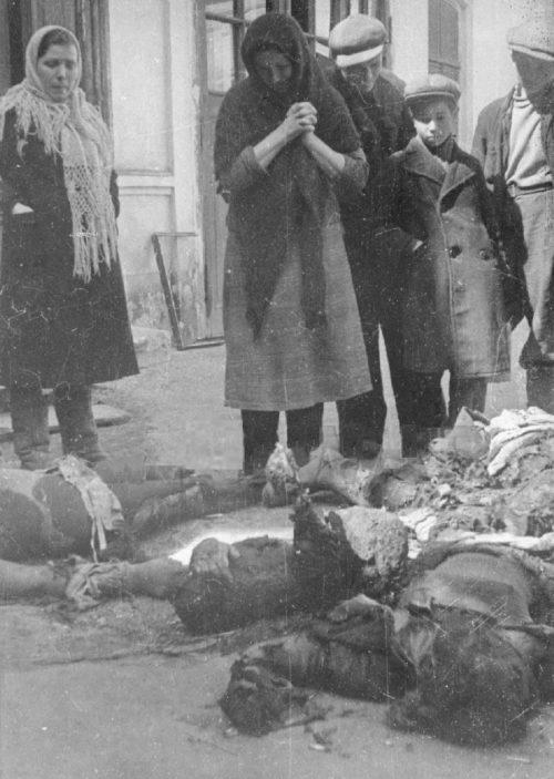 Трупы убитых заложников на улице Одессы.