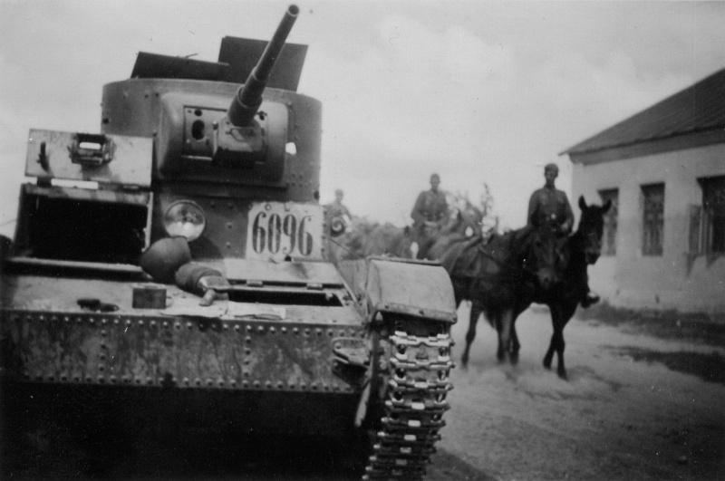 Советский танк Т-26 брошенный в районе Гомеля. 1941 г.