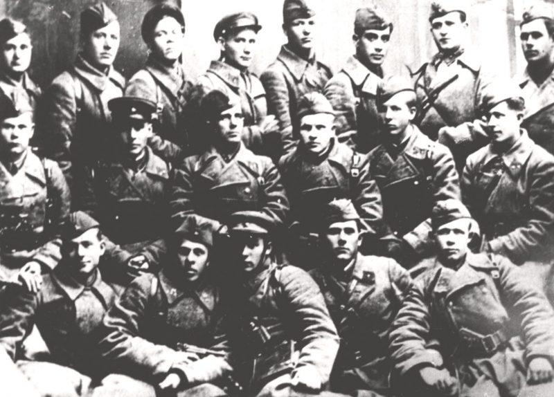 Группа красноармейцев 5-й гвардейской стрелковой дивизии, оборонявшей город. 1941 г.