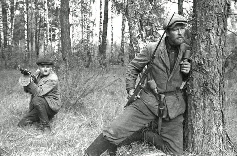 Партизаны в белорусском лесу.