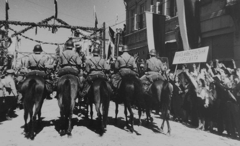 Болгарская армия входит в Добрич при возвращении Южной Добруджи в состав Болгарии. 25 сентября 1940 г.