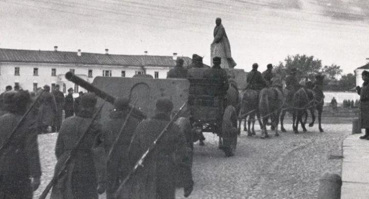 Красноармейцы покидают город. 1 октября 1941 г.