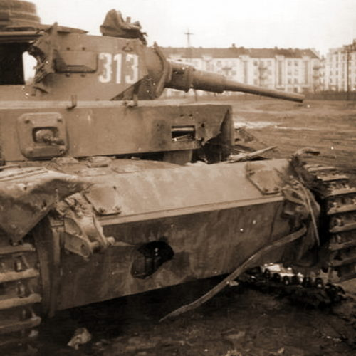 Подбитый немецкий танк на городской улице. Октябрь 1941 г.