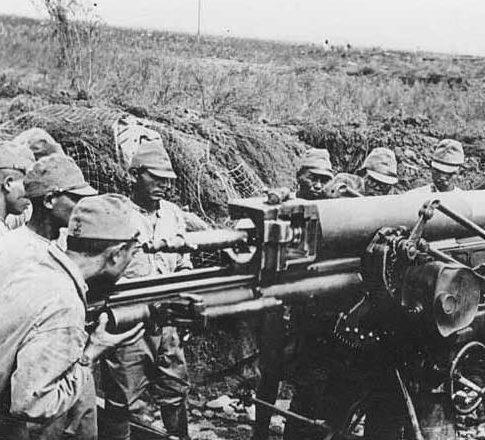Японские артиллеристы на острове.