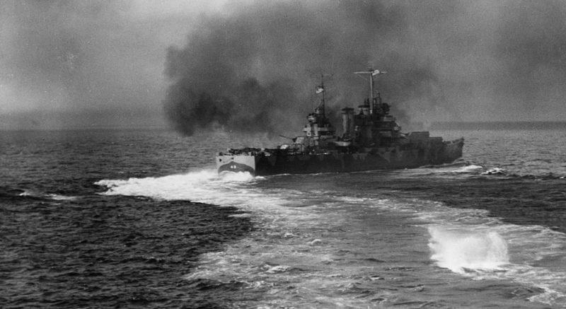 Крейсер «Nashville» обстреливает остров. 8 августа 1942 г.