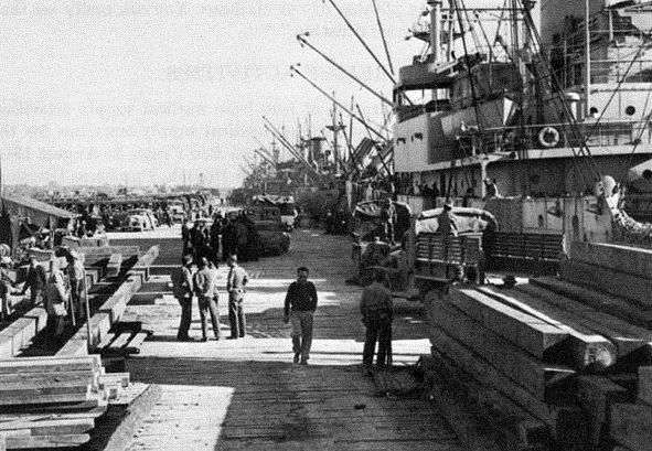 Британские войска разгружаются в порту Ирана. 25 августа 1941 г.