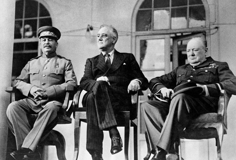 Сталин, Рузвельт и Черчилль во время Тегеранской конференции.