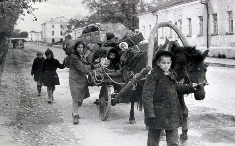 Беженцы уходят из города. 1 октября 1941 г.