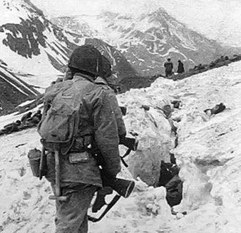 Американские пехотинцы в горах во время битвы за Атту.