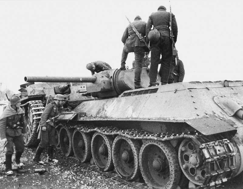 Подбитые советские танки у Калинина. Октябрь 1941 г.