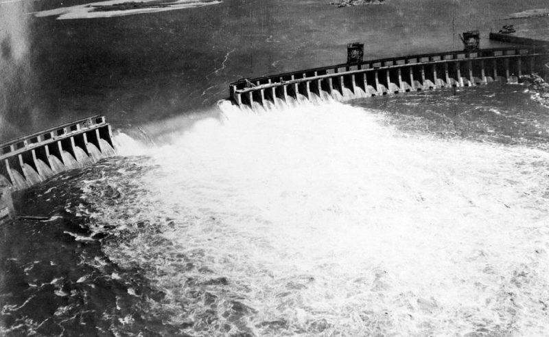 Плотина ДнепроГЭС после взрыва. 18 августа 1941 г.