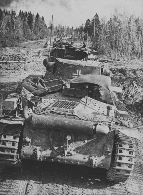 Немецкая танковая колонна движется к Вязьме. 2 октября 1941 г.