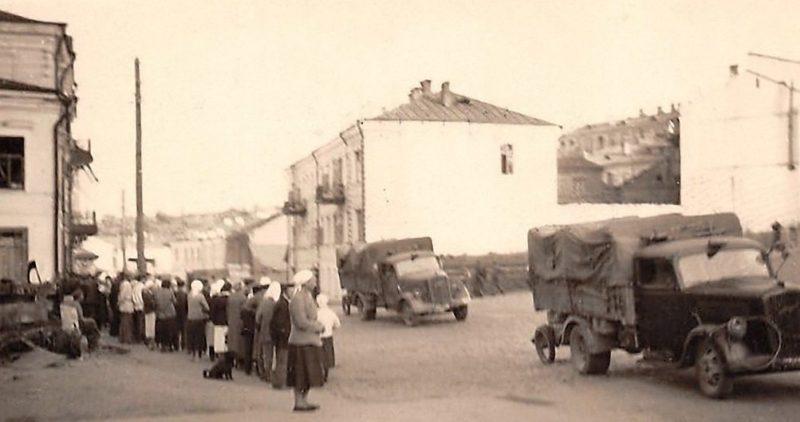 Немецкие войска входят в город. 11 июля 1941 г.