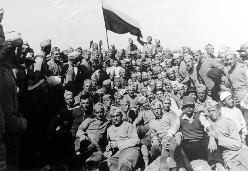 Население Южной Добруджи, воссоединенной с Болгарией встречает болгарскую армию. 1940 г.