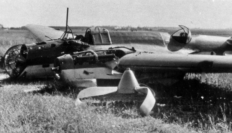 Сбитый советский бомбардировщик СБ-2 в районе Витебска. Июль 1941 г.