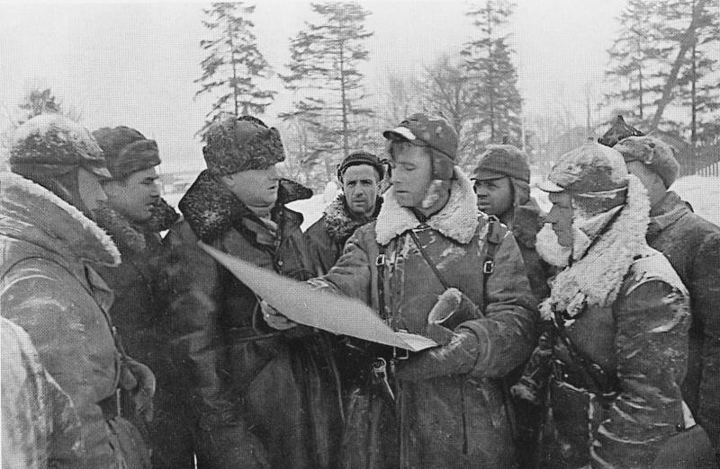Командарм 2-го ранга К. А. Мерецков среди саперов на подступах к Выборгу. Март 1940 г.