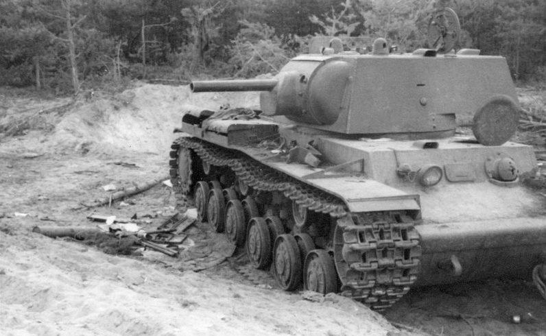 Советские танки КВ-1 брошенные под Брянском. Октябрь 1941 г.