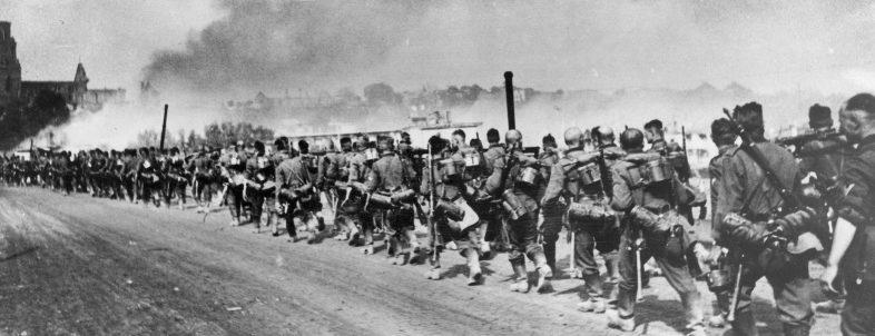 Колонна немецких войск проходит через город. 22 июня 1941 г.
