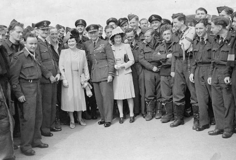 Король Георг VI, королева Елизавета и принцесса Елизавета с военнослужащими ВВС. 1942 г.