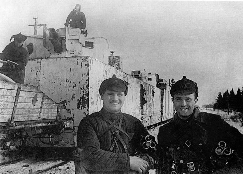 Советские кинооператоры В. С. Ешурин и С. Я. Коган у легкого бронепоезда под Выборгом. Март 1940 г.