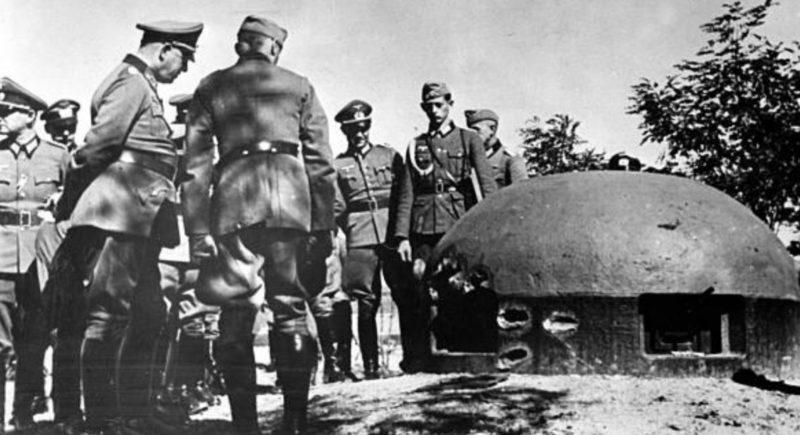 Немецкие солдаты у броненкупола форта.