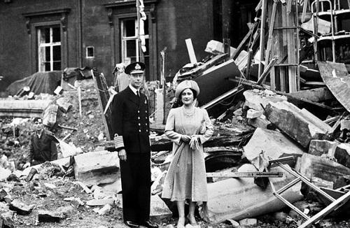 Король Георг VI и королева Елизавета в Букингемском дворце после немецкой бомбардировки.