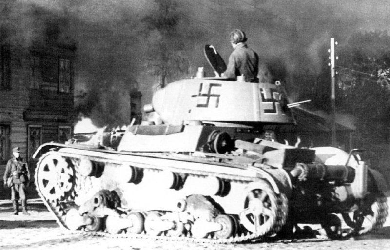 Трофейный советский огнемётный танк ОТ-133 на улице горящего Петрозаводска. 1 октября 1941 г.