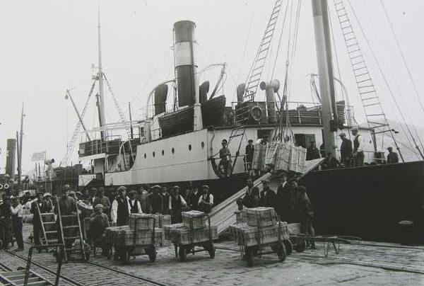 Погрузка золота на советский корабль.