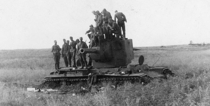 Немецкие солдаты на броне, брошенного советского КВ-2 под Витебском. Июль 1941 г.