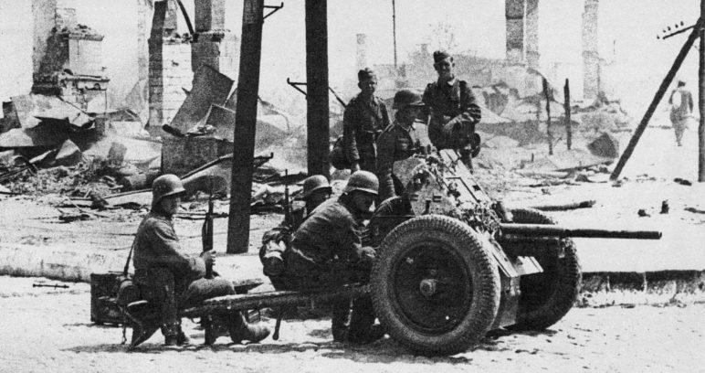 Расчет немецкой противотанковой пушки на улице города. 23 июня 1941 г.