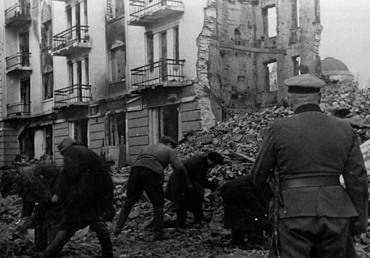 Население Калинина на принудительных работах по расчистке улиц. Октябрь 1941 г.