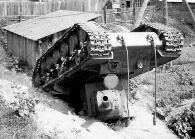 Советский танк КВ-2, свалившийся под откос и перевернувшийся в Витебске. Июль 1941 г.