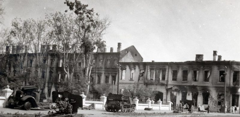 Разбитая советская техника у Театрального сквера. Июль 1941 г.